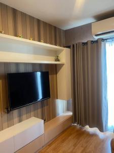 For RentCondoSamrong, Samut Prakan : Lumpini Wall Sukhumvit 76, Bearing Phase 2, Building B, 5th Floor, 27 sq m. Interested in renting. 7500 Baht / month