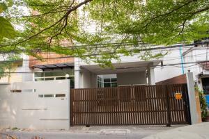 For SaleHouseSukhumvit, Asoke, Thonglor : 3 storey detached house for sale, Soi Sukhumvit 49, near Samitivej Hospital, best price.