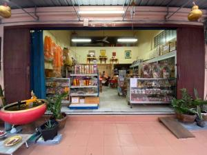 For SaleShophouseRathburana, Suksawat : Commercial building for sale. Ready to do business. Wiset Suk Nakhon University 18 Pracha Uthit 79 Suksawat 66 in front of the house on the main road.