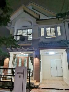For SaleHouseRamkhamhaeng,Min Buri, Romklao : Cheap sale, home sale, good location Townhouse Baan, Garden Suite The Indy Home