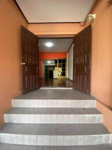 For RentHome OfficeRatchadapisek, Huaikwang, Suttisan : NA-B4008 Home Office for rent, 3 floors, size 35 sq.wa., good location, Ratchada area.