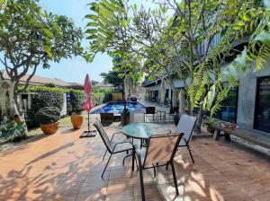 For SaleBusinesses for saleHua Hin, Prachuap Khiri Khan, Pran Buri : Lovely hotel for sale, size 14 rooms, Hua Hin Soi 70, 10 km from the sea.