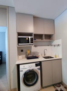 For RentCondoRama9, RCA, Petchaburi : The owner is kind, the room is like LPN Makkasan resort.