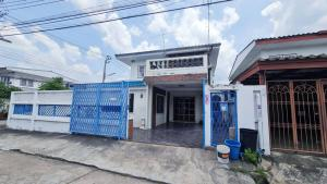For RentHouseKaset Nawamin,Ladplakao : Corner house for rent, 65 sq m., 2-storey detached house, 65 sq m., 4 bedrooms, 2 bathrooms, kitchen, living room, main hall, deck * extension Usable area over 200 sq m. * Car park in house 1 Front of the house + 4 cars beside the house * Suitable for hom