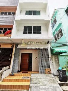 For RentShophousePattanakan, Srinakarin : 3-storey commercial building for rent, only 300 meters from MRT Phetkasem 48.
