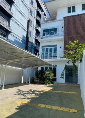 For RentShowroomSukhumvit, Asoke, Thonglor : House for rent, showroom, Ekamai 12, BTS Ekkamai, area 650 sq m, parking for 8 cars.