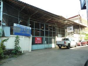 For RentWarehouseThaphra, Wutthakat : Warehouse for rent, area 196 square meters, Soi Petchkasem 17. Near the Tha Phra Interchange MRT station.