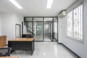 For RentHome OfficeRamkhamhaeng,Min Buri, Romklao : 4-storey home office for rent, R. Biz Center, parallel to the motorway. T.091-091-0901 Nook