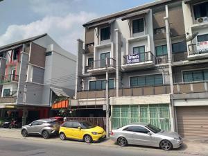 For SaleShophouseKaset Nawamin,Ladplakao : 4-storey commercial building, Areeya Mandarina village, townhome, next to the road, brand new condition.
