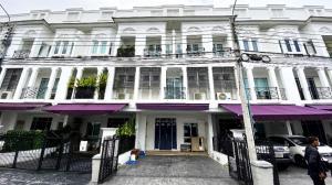 For SaleTownhouseSukhumvit, Asoke, Thonglor : House for Sale : Townhome, Leon Sukhumvit 62, very convenient transportation, next to 2 expressways, near BTS Bang Chak, very nice house.