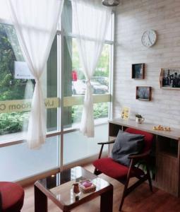 For LongleaseRetailRama9, RCA, Petchaburi : Urgent to sell restaurants, good location, Rama 9-Ratchada, price 4 hundred thousand, call 0894648816.