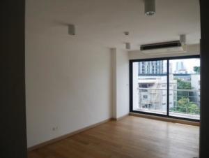 ขายคอนโดอ่อนนุช อุดมสุข : คอนโดแบบ 2 ชั้น ( Duplex ) ห้องนี้มีความเก๋ ตรงมีอ่างแช่น้ำริมระเบียงห้องด้วย