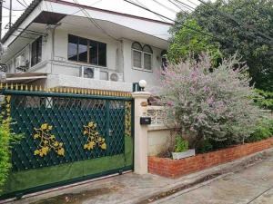 For RentHouseRatchadapisek, Huaikwang, Suttisan : 2 storey detached house for rent, dragon location, Ratchada Huay Kwang, size 60 square meters, can park 2 cars in the house, suitable for living or doing an office, office has 3 bedrooms, 2 bathrooms, 2 kitchens, the area around the house, 5 air condition