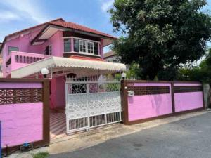 For RentHouseRattanathibet, Sanambinna : 2 storey house for rent, 70 square wa. 3 bedrooms, 2 bathrooms, 1 living room, 1 living room, 1 kitchen, 2 parking spaces. Location on Rattanathibet Road. And the MRT Purple Line, Bang Yai intersection, convenient access, 100 m. From the mouth of the alle