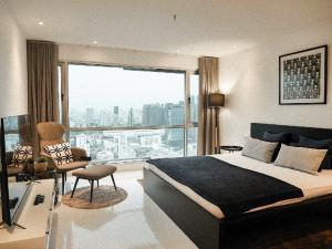 เช่าคอนโดนานา : Urgent Rent ++ Newly Decorated ++ Spacious Studio ++ Sukhumvit Suites Condo ++ BTS Nana ++ Special Price 16000🔥