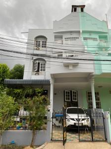 ขายบ้านพัฒนาการ ศรีนครินทร์ : ขาย Townhome 3 ชั้นครึ่ง ปรับปรุงใหม่ ใกล้รถไฟฟ้าสีเหลือง ถนนศรีนครินทร์ เดินทางสะดวก