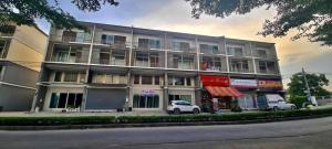 For SaleShophouseBangbuathong, Sainoi : Commercial building for sale, width 5.5 meters, new with tenants.