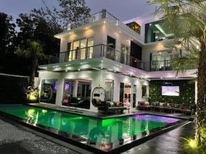 For SaleHousePattaya, Bangsaen, Chonburi : For sale luxury pool villa 8 bedrooms ready to move in.