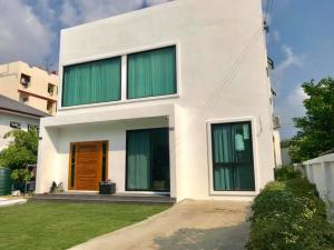 For RentHouseOnnut, Udomsuk : Modern pet friendly house with private swimming pool near Udomsuk