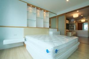 For RentCondoSathorn, Narathiwat : Life @ Sathorn10 Hot !!!! 20,000 baht, 1 bedroom, large 42 sq m, high floor, ready for rent.