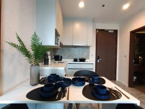 For RentCondoOnnut, Udomsuk : 📌 [Condo for rent] Whizdom Essence beautiful room, cheap. Complete electrical appliances, next to Whizdom and Ture department stores, convenient transportation, near the BTS.