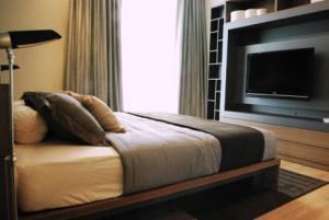 เช่าคอนโดสุขุมวิท อโศก ทองหล่อ : SPECIAL CORNER UNIT 66 SQM. (only 4 rooms in this condo) -- on 22nd Floor
