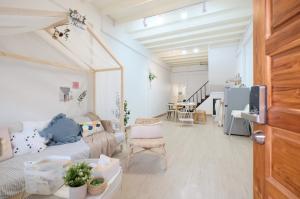 For RentHouseWongwianyai, Charoennakor : Beautiful house, style, minimalist, modern> next to BTS Wongwian Yai with Internet and free parking.