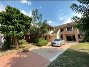 For RentHouseRamkhamhaeng Nida, Seri Thai : NA-H5022 2 storey house for rent, Sammakorn Village, new furniture, wide house with garden, ready to move in !!!