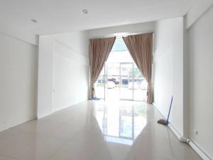 For RentHome OfficeOnnut, Udomsuk : 4.5 Storey Shop or Office for rent The Master Udomsuk 4.5 Storey 250 sqm.