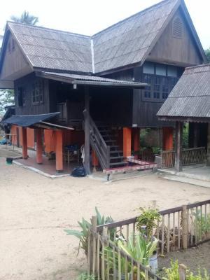 ขายบ้านเชียงราย : ขายด่วน! บ้านเดี่ยว 2 ชั้น 218 ตารางวา ไม้สัก/แดง/มะค่า จังหวัด เชียงราย