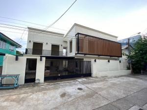 For RentHome OfficeLadprao101, The Mall Bang Kapi : Home office for rent 💥 Single house in the heart of the city, Ladprao area. The house wall next to the train. Near Saphan Song Market Can walk for rent 90,000 baht / month