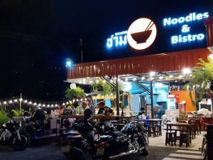 """เซ้งพื้นที่ขายของ ร้านต่างๆอ่อนนุช อุดมสุข : เซ้งหุ้นส่วน 50% ของร้านดังทำเลเด่น """"ชาม Charm Bistro"""" ใกล้โลตัสอ่อนนุชและสถานีรถไฟฟ้าบีทีเอสอ่อนนุชเพียง 350ม พื้นที่ร้านกว้าง 80ตรว มีที่จอดรถ 7-8 คัน ค่าเช่าที่เดือนละ 5,000 เท่านั้น (หลังจากหารกับหุ้นส่วนแล้ว ค่าเช่าเต็มคือ 20,000/ด แบ่งเป็นค่าเช่าในส"""