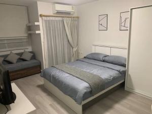 เช่าคอนโดอ่อนนุช อุดมสุข : ให้เช่าคอนโด สุขุมวิท 52 (My Condo Sukhumvit 52)ขนาดห้อง 25 ตร.ม. สตูดิโอ 1 ห้องนอน 1 ห้องน้ำ ชั้น 6 เฟอร์นิเจอร์และเครื่องใช้ไฟฟ้าในห้อง :เตียงนอน + ที่นอน, ตู้เสื้อผ้า, โซฟา, , เครื่องปรับอากาศ Mitsubishiทีวี, ตู้เย็น, เครื่องทำน้ำอุ่น, ไมโครเวฟ, สถานที