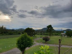 ขายที่ดินราชบุรี : ขายที่ดินสวนผึ้ง พร้อมบ้านพักตากอากาศ สไตล์เมดิเตอเรเนี่ยน วิวภูเขาสวยอากาศดี ใกล้  กทม.