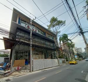 For RentShowroomSukhumvit, Asoke, Thonglor : NA-B5001 Shop House for rent, located on Sukhumvit 49, Soi Thonglor 13.