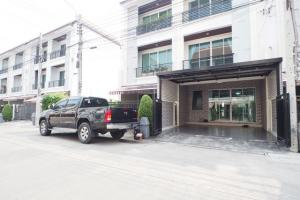 For SaleTownhouseChokchai 4, Ladprao 71, Ladprao 48, : Selling cost, 3-storey townhouse Baan Klang Muang, Soi Ladprao 87, newly decorated, ready to move in.
