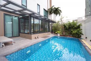 For SaleTownhouseSukhumvit, Asoke, Thonglor : Townhouse for sale, Bless town Sukhumvit 50, area 41 sq m, with private swimming pool * very good price *