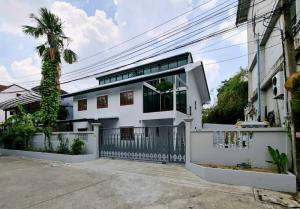 For RentHome OfficeLadprao 48, Chokchai 4, Ladprao 71 : Home Office for Rent, Studio Office, Chokchai 4, Ladprao, Beautiful decoration, Renovate, new whole back, 7 air conditioners, 7 car parking
