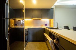 เช่าคอนโดสุขุมวิท อโศก ทองหล่อ : Great Kitchen + Solid Wodden Flooring Quiet Sukhumvit Soi 61 Low Rise Residence