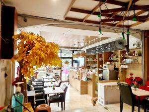 For LongleaseShophouseLadprao101, The Mall Bang Kapi : Cafe drink for sale Bakery, bread and food is a 3-storey building, 1 cafe, 1 large family hall, 1 kitchen, and 3 bedrooms, 2 bathrooms, 1 laundry balcony.
