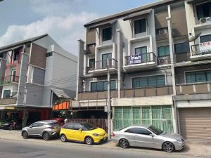 For RentHome OfficeKaset Nawamin,Ladplakao : 4-storey commercial building, Areeya Mandarina village, townhome, next to the road, brand new condition.