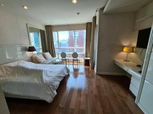 เช่าคอนโดวิทยุ ชิดลม หลังสวน : Condo for rent / sale : Studio room for 41.17 sqm. on high fl. Nice decorated with soft white color and matching with wood floor.The perfect combination of canal and city views in the heart of Bangkok. jus