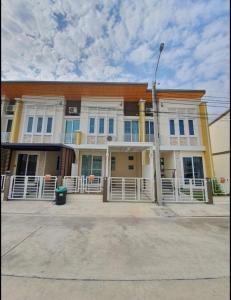 For RentTownhouseLadkrabang, Suwannaphum Airport : 2-storey townhome for rent, 3 bedrooms, 2 bathrooms, Golden Town Chaloem Phra Kiat - Suan Luang project
