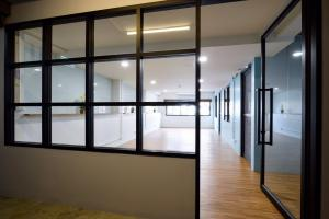 For RentOfficeSathorn, Narathiwat : Office for rent Silom - Sathorn near BTS Surasak, there are 3 rooms, can make a private meeting room for 10-15 employees.