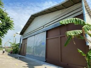 For RentWarehouseLadkrabang, Suwannaphum Airport : B300 Warehouse for rent, usable area 375 square meters, Soi Lat Krabang 14/1. Suitable as a warehouse