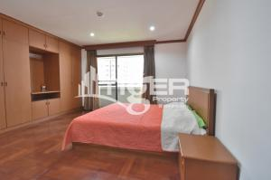 For RentCondoSukhumvit, Asoke, Thonglor : MSCR46 2-bedroom / 2-bathroom large kitchen with counter space and generous storage and maid/storage room unit for rent at Baan Suanpeth Sukhumvit 39