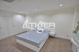 For RentCondoSukhumvit, Asoke, Thonglor : 1-bedroom / 1-bathroom large kitchen unit for rent at Acadamia Grand Tower Sukhumvit 43, includes a generous balcony and 1x parking space.