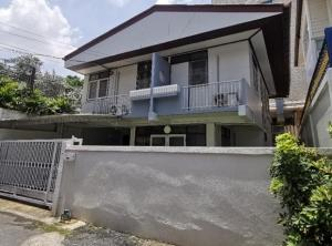 For RentHouseRama9, RCA, Petchaburi : For Rent 2-storey house for rent, Soi Petchaburi 47, near MRT, very good location, fully furnished, 4 air conditioners, 1 car park, can live, can raise animals or be a Home Office
