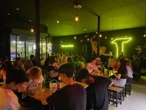 เซ้งพื้นที่ขายของ ร้านต่างๆราษฎร์บูรณะ สุขสวัสดิ์ : เซ้งร้าน (พร้อมเข้าดำเนินการ) ปัจจุบันเป็นร้านอาหารกึ่งผับ ตั้งอยู่ปากซอยพุทธบูชา 36 ทุ่งครุ