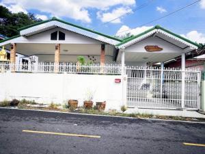 For SaleHousePattaya, Bangsaen, Chonburi : House for sale, 2 bedrooms, 1 bathroom, 1 kitchen, 1 reception hall in Sattahip Km. 5, Soi Thetsaban 109, Plutaluang Subdistrict, Sattahip, Chonburi, completely renovated, selling for only 1.87 million baht.